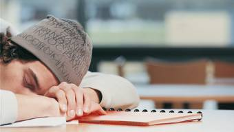 Morgens müde, abends wach: Die innere Uhr vieler Jugendlicher passt nicht zum Schulbeginn. Thinkstock