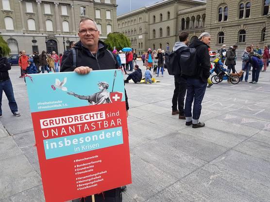 Am 2. Mai demonstrierten auf dem Bundesplatz in Bern erstmals Covid-Rebellen gegen den Bundesrat und gegen die Beschneidung der Grundrechte.