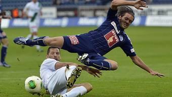 Stephane Besle holt Luzerns Adrian Winter von den Beinen.