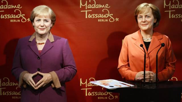 Die alte und die neue Wachsfigur (links) von Angela Merkel (Archiv)