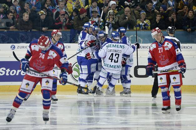 Rochester feiert seinen zweiten Treffer gegen ZSKA Moskau.
