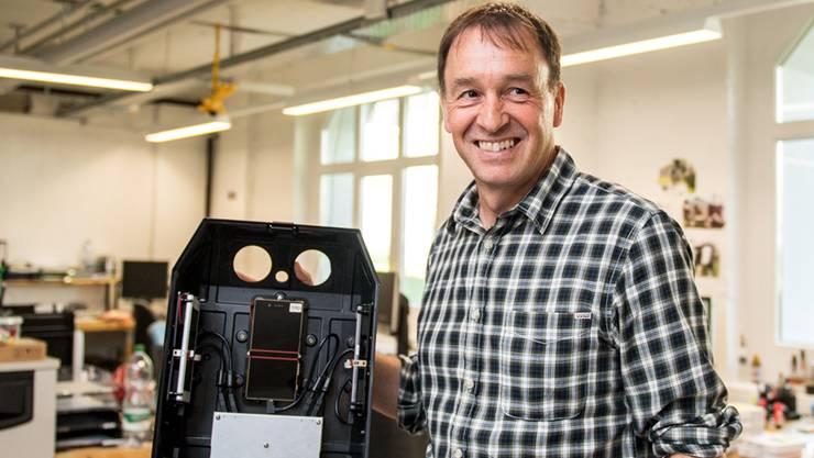 CEO Hanspeter Bobst demonstriert den mit Smartphones und Messtechnik vollbepackten Rücksack.Michel Lüthi