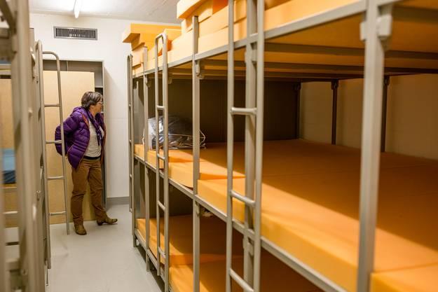 In der Zivilschutzanlage gibt es verschiedene Schlafabteile. Viel Privatsphäre gibt es allerdings nicht.