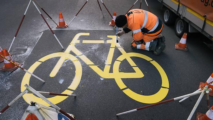 In Merlischachen soll unter anderem mit einem Radweg ein Schulweg sicherer gemacht werden. Der Kanton Schwyz hat das Projekt öffentlich aufgelegt. (Symbolbild)