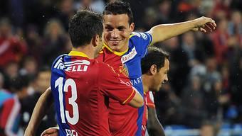 Alex Frei (l.) gratuliert Philipp Degen. Beide kehrten zum FCB zurück.