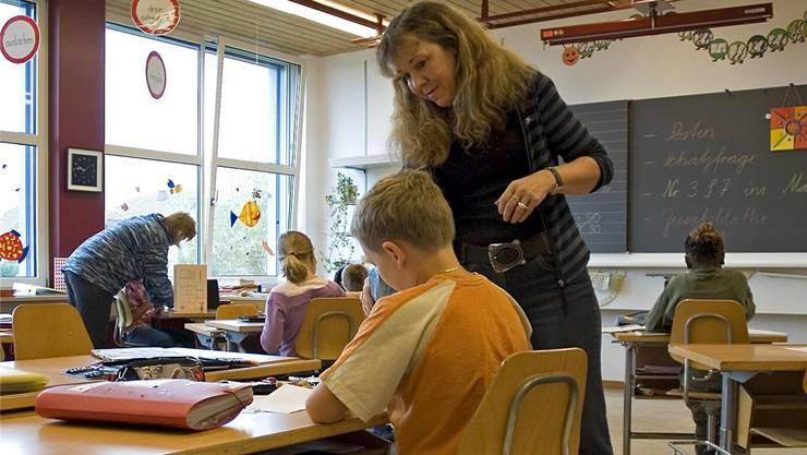 Bei der integrativen Schule ist neben der Lehrkraft oft auch eine Heilpädagogin im Schulzimmer. archivbild