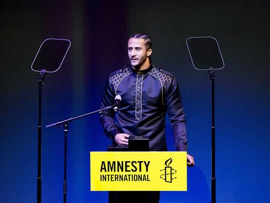 Auf Knien gegen Polizeigewalt und soziale Diskriminierung: Der US-Footballspieler Colin Kaepernick erhält am Samstag einen Preis von Amnesty International.