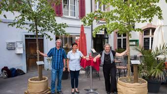 Sie freuen sich über das Lindengrün au fdem Zeughausplatz: v.l.: Urs Chrétien, Mirjam Würth (beide von Pro Natura) und Preisträgerin Barbara Buser.