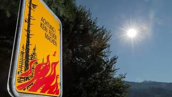 Die strahlende Sonne hat auch ihre Schattenseite: In weiten Teilen der Schweiz herrscht wegen der anhaltenden Trockenheit ein Feuerverbot in Waldesnähe.
