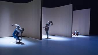 Im Waben-Triptychon abgeschottet: Rosie Terry Toogood, Margarita Kennedy und Clea Onori (von links) von Bufo Makmal separieren sich in «Viel.Es» und sind doch eng verbunden.
