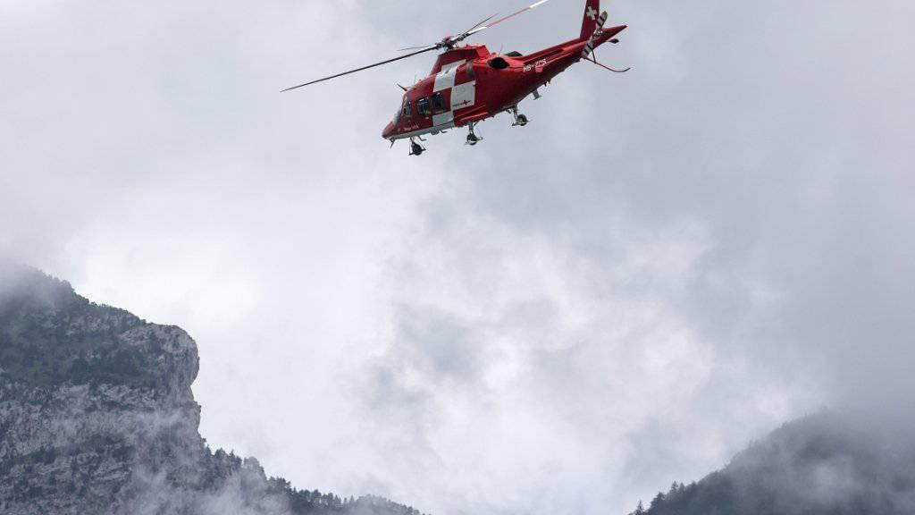 Ein Lawinenunglück im Kanton Uri hat einen Toten und zwei Verletzte gefordert. Die Rettungsflugwacht flog die beiden Verletzten ins Spital. (Symbolbild)