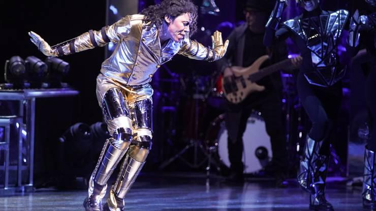 Musicaldarsteller Dantanio Goodman mimt auf der Bühne den erwachsenen Michael Jackson. (Archivbild)