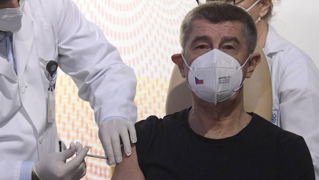 Andrej Babis (M), Premierminister von Tschechien, wird im Zentralen Militärkrankenhaus mit dem Corona-Impfstoff geimpft. Foto: Ondøej Deml/CTK/dpa