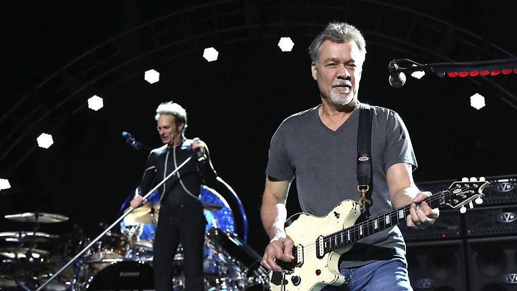 Eddie Van Halen von der Rockband Van Halen (vorne) in seinem Element als Gitarrist anlässlich eines Auftritts im August 2015 in Wantagh, New York. (Archivbild)
