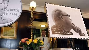 Max Frischs Kopf ziert eine der diesjährigen Sondermarken der Post (Symbolbild)