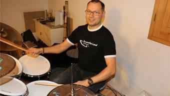 Wenn Roland Hasler mit viel Tempo an seinem Schlagzeug die Schlägel schwingt ist es schwierig, stillzusitzen.