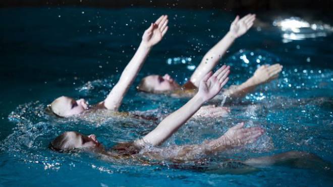 Jeanne (Mitte) beim Synchronschwimmen im Team. Die besten Athletinnen üben bis fünf Mal pro Woche. Foto: Simon Kneubuehl
