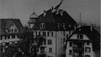 Am Nachmittag des 5. Novembers 1917 krachte der Doppeldecker in das Dach des Gasthofs Löwen an der Zürcherstrasse 13 in Schlieren. (Vereinigung für Heimatkunde Schlieren)