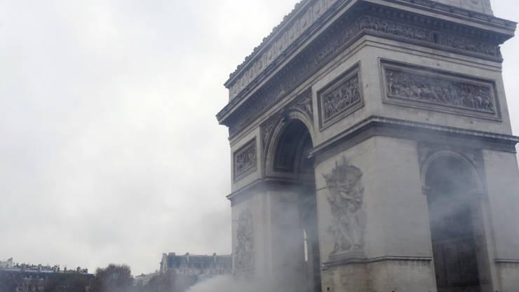Demonstranten am Samstag beim Triumphbogen - das Bauwerk bleibt nun vorerst geschlossen.