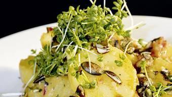 Steirischer Kartoffelsalat mit Bratspeck und Kürbiskernen: Köchin Florina Manz zeigt, wies geht.