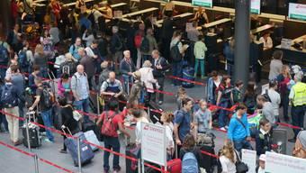 Heute starten im Kanton Zürich die Sommerferien. Am Flughafen führte dies zu langen Schlangen.