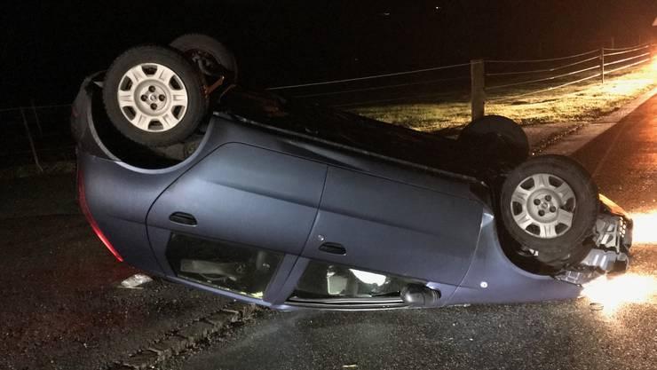 Das Auto überschlug sich und landete auf dem Dach.