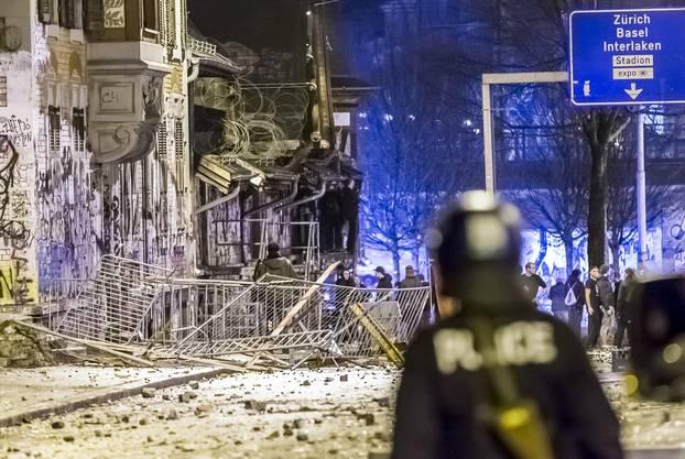 Zehn Polizisten wurden verletzt.