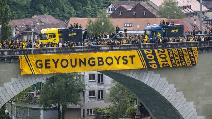 Fussballmeister YB und seine Fans feiern im Mai beim Meisterumzug auf der Nydeggbrücke. Doch nach dem Spiel gegen Porto kam es am Donnerstag zu gewalttätigen Auseinandersetzungen. Die Polizei musste eingreifen (Foto: Peter Schneider/Keystone)