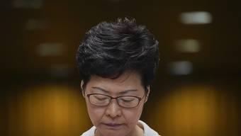 Hongkongs Regierungschefin Carrie Lam nimmt bei einer Pressekonferenz Stellung zum Resultat der Bezirkswahlen vom Wochenende.