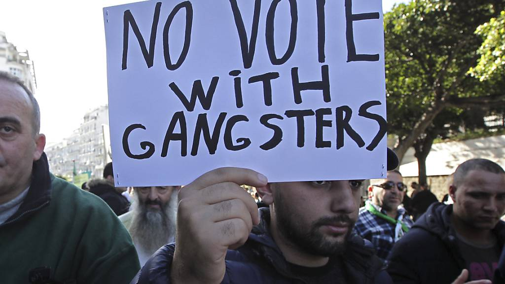 Die Demonstranten in Algerien rufen zu einem Boykott der geplanten Präsidentschaftswahlen auf, weil sie in den fünf zugelassenen Kandidaten Teile der Machtelite des Landes sehen.