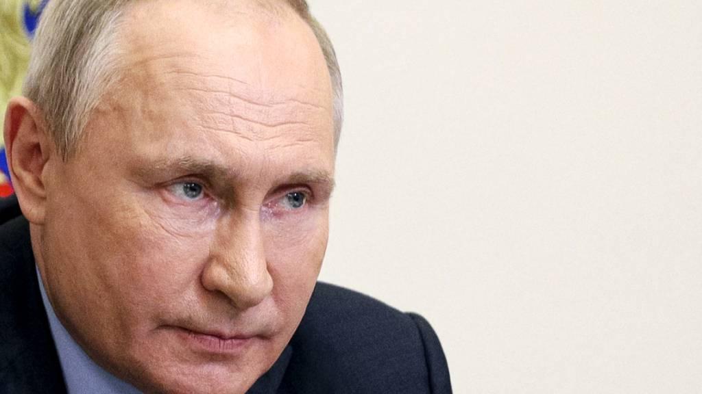Wladimir Putin, Präsident von Russland, leitet per Videokonferenz eine Sitzung des Organisationskomitees «Pobeda» («Sieg») aus der Residenz Nowo-Ogarjowo. Foto: Sergei Ilyin/Pool Sputnik Kremlin/AP/dpa