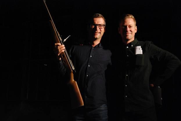 Schützenhaus Aarau Schlüsselübergabe. Die Pächter Christian Senn (mit Brille) und Raoul Niederreuther müssen sich den Schlüssel erschiessen.