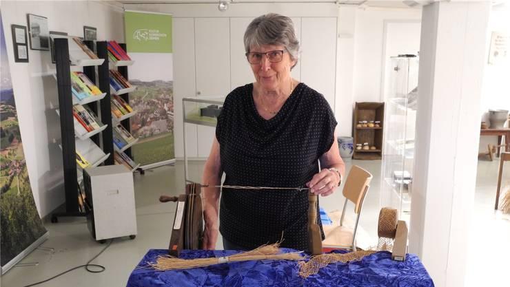 Elisabeth Glaser zeigt die Zwirn- oder Drähtlimaschine, die im 19. Jahrhundert fürs Strohflechten gebraucht wurde.