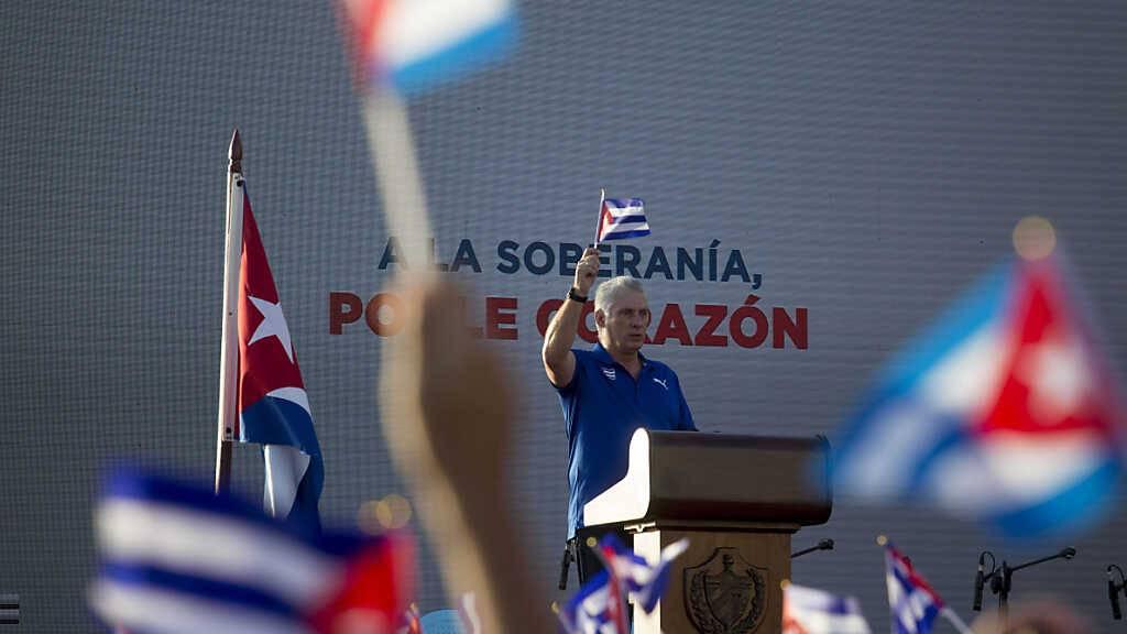 Miguel Diaz Canel, Präsident von Kuba, spricht bei einer Kundgebung an der Uferpromenade Malecon von Havanna. Die Regierung von Havanna und anderen Städten hat Tausende Menschen zu Kundgebungen zur «patriotischen Bekräftigung» auf die Straße gebracht. Foto: Ismael Francisco/AP/dpa
