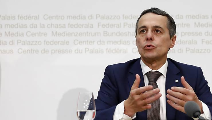 """Der designierte Aussenminister Ignazio Cassis ist vor seiner Wahl in den Bundesrat Mitglied der Gesellschaft für ein freiheitliches Waffenrecht """"Pro Tell"""" geworden. (KEYSTONE/Peter Klaunzer)"""