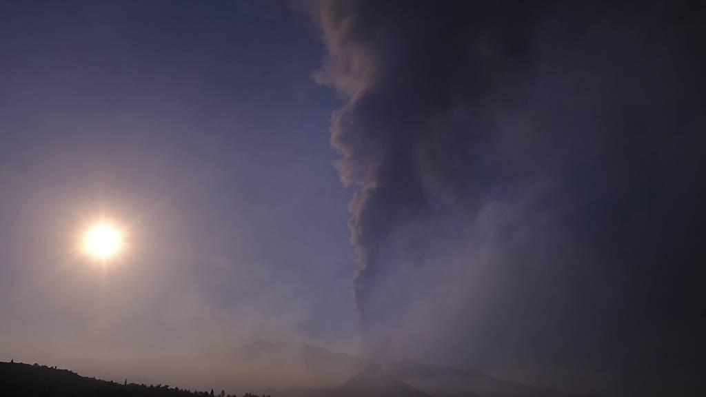 Rauch steigt am Horizont auf, während Lava aus einem Vulkan auf La Palma fließt. Auch die dortige Tourismusbranche leidet unter dem Vulkanausbruch auf der Kanareninsel. Foto: Daniel Roca/AP/dpa