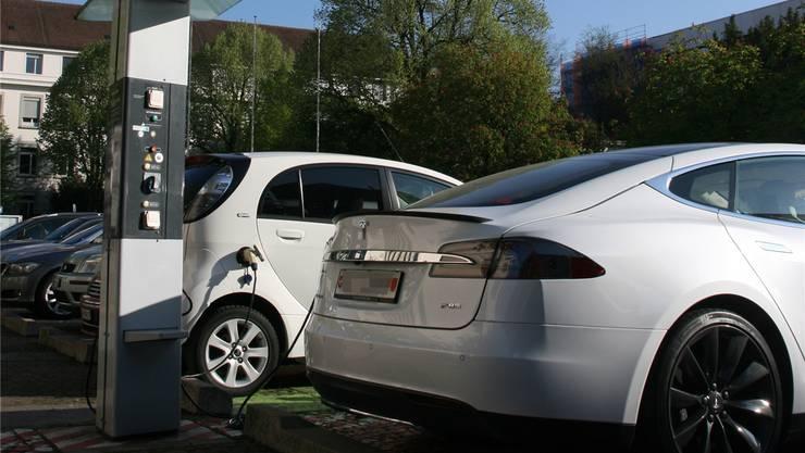 Die Ladestation – keine Schnellladestation – vor dem Trafo wird über Park & Charge betrieben. Der Kunde muss dafür eine Parkkarte kaufen, um sich den Zugang zum Schlüssel zu verschaffen. Die Tankstelle wird durch die Regionalwerke kostenlos mit Strom versorgt, Park-&-Charge-Kunden bezahlen also nichts für den Strom.