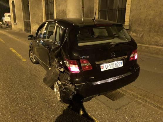 Dabei missachtete er ein Rotlicht und kollidierte mit diesem Auto. Dessen Lenken und seine Mitfahrerin blieben unverletzt.