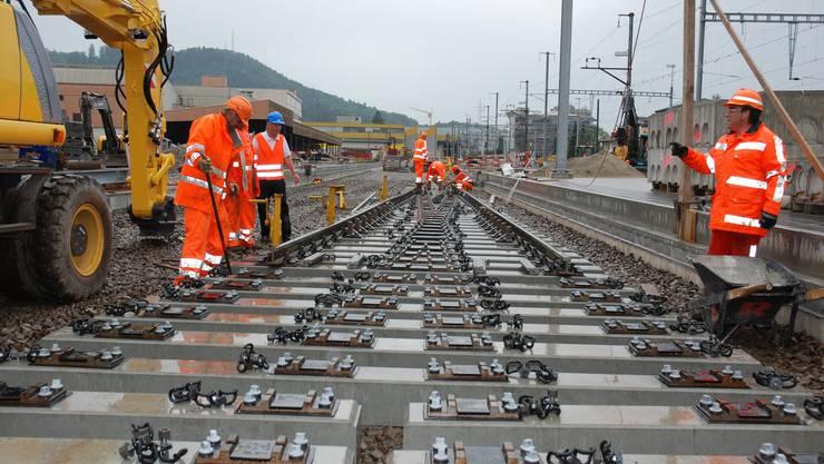 Auf dem Bahnhof Suhr haben die Gleisarbeiten für die neue WSB-Linienführung begonnen. (Bild: Toni Widmer)