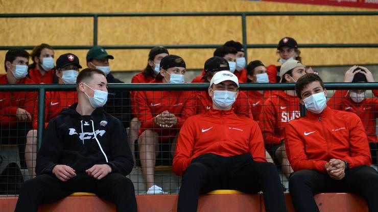 Maskentragen für die U17-Junioren beim Zuschauen.