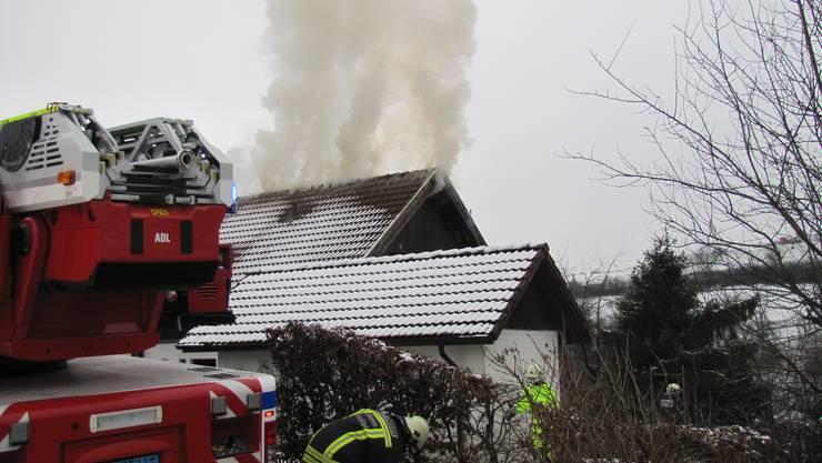 Rauch dringt aus dem Dach.