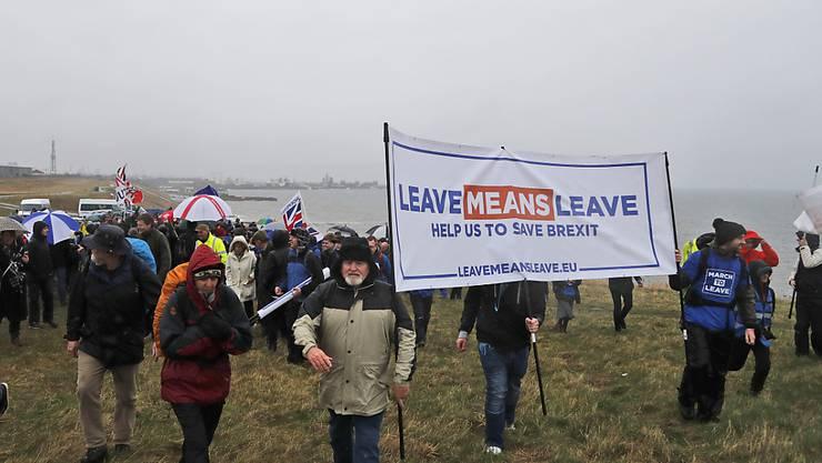 Brexit-Anhänger starten einen Protestmarsch zur Rettung des Austritts Grossbritanniens aus der EU.