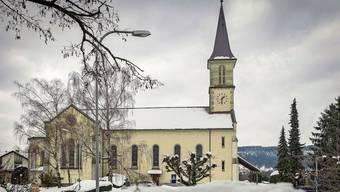 Aussen idyllisch, innen brodelts aber seit mehreren Jahren: Die verschneite katholische Kirche trohnt über Gebenstorf.