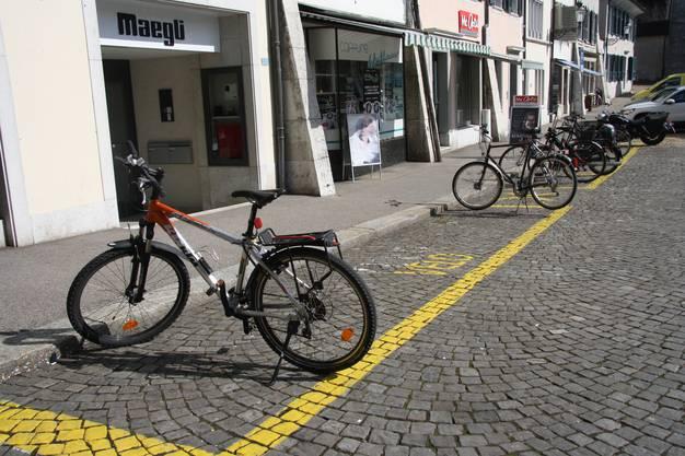 Am Klosterplatz war am Mittwochwittag noch reichlich Platz für Velos vorhanden.