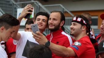 Nach dem 3:1-Sieg gegen Katar werden die albanischen EM-Neulinge von den Fans in Beschlag genommen. Die Spieler (hier Shkelzen Gashi, Mitte) zeigen Verständnis und unendlich viel Geduld.
