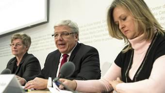 Peter Föhn (M.) spricht vor den Medien in Bern