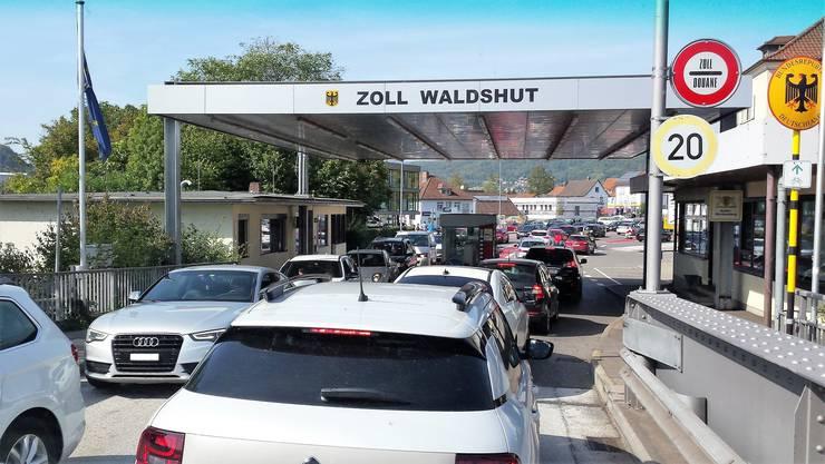 Koblenz AG, 31. Mai: Einkaufstouristen strömen am Grenzübergang Koblenz / Waldshut nach Deutschland und sorgen für einen langen Stau. (Archivbild)