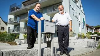 «Wir möchten ein Hotel mit erschwinglichen Preisen sein»: Patrick Michel mit seinem Vater Beat vor dem Neubau.