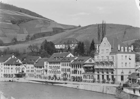 Als das Bad-Hotel Schwanen erst einen Giebel hatte: Eine Aufnahme der Ennetbadener Badstrasse aus dem Jahr 1904.