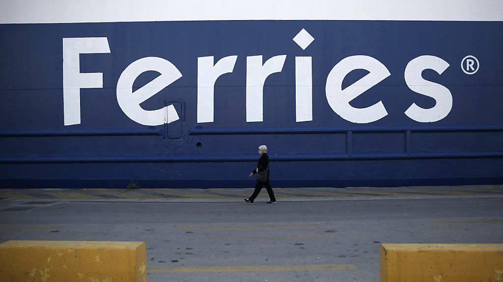 Fähre im Hafen von Piräus: Für 24 Stunden protestieren griechische Seeleute gegen Sparmassnahmen der Regierung. (Archivbild)